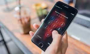 UK Police Have Resorted to 'Mugging' Criminals Using an iPhone to Bypass Encryption
