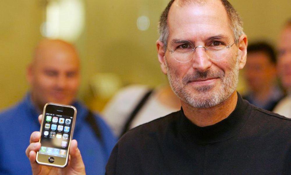 Steve Jobs Holding Iphone 2007