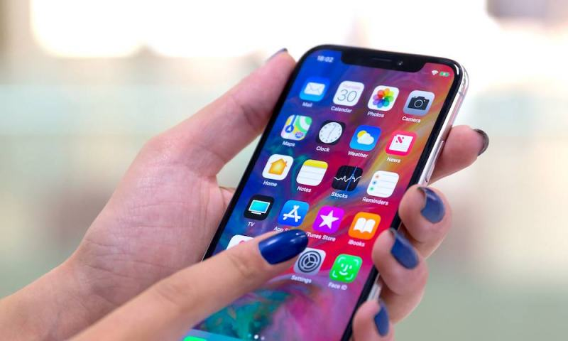 Apple Criticized for iPhones Being 'Too Big' for Women's Hands