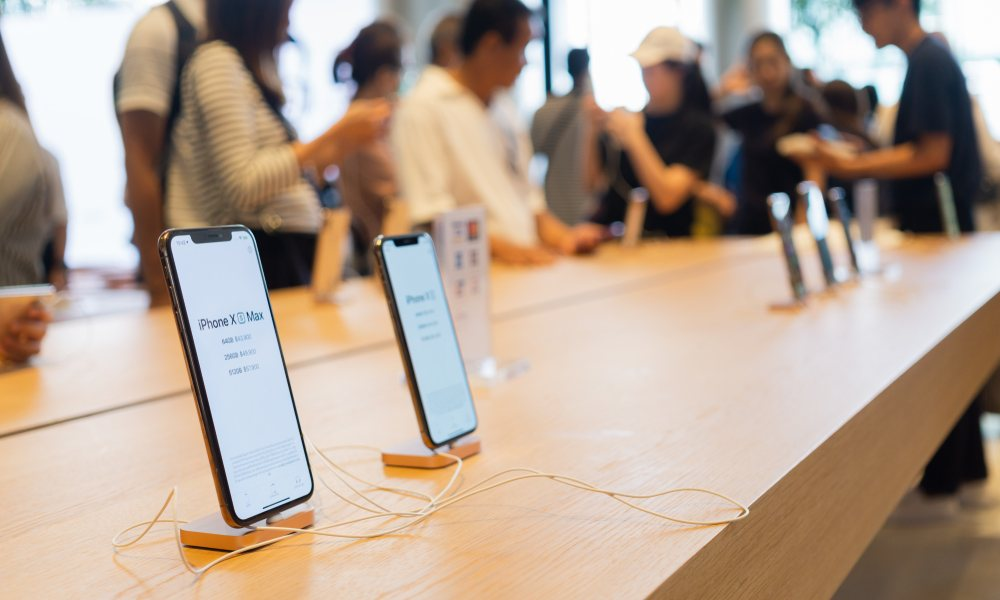 iPhone XS Max on Apple Store Table
